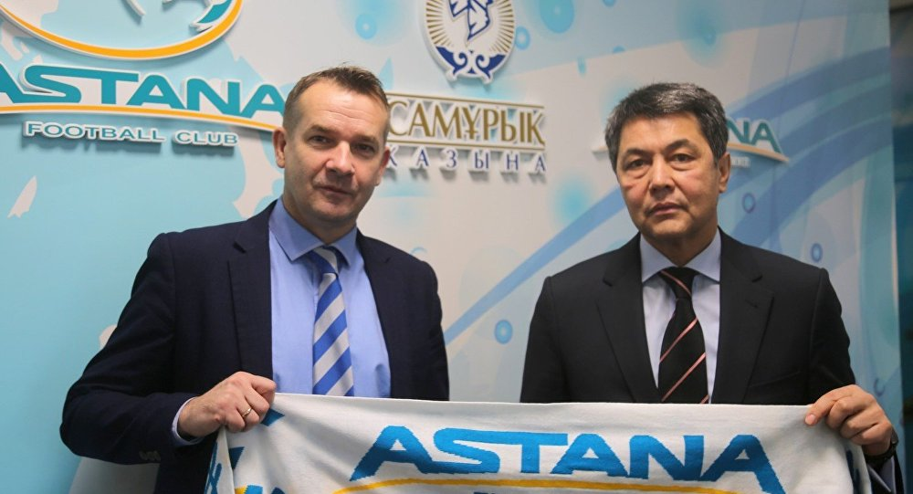 Исполнительный директор футбольного клуба Астана Пол Эшуорт (слева) и директор Президентского профессионального спортивного клуба Астана Аскар Баталов
