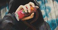 Уличный художник с баллончиком краски, иллюстративное фото