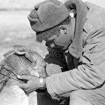 Солдат прощается со служебной собакой. Вывод советских войск из Афганистана