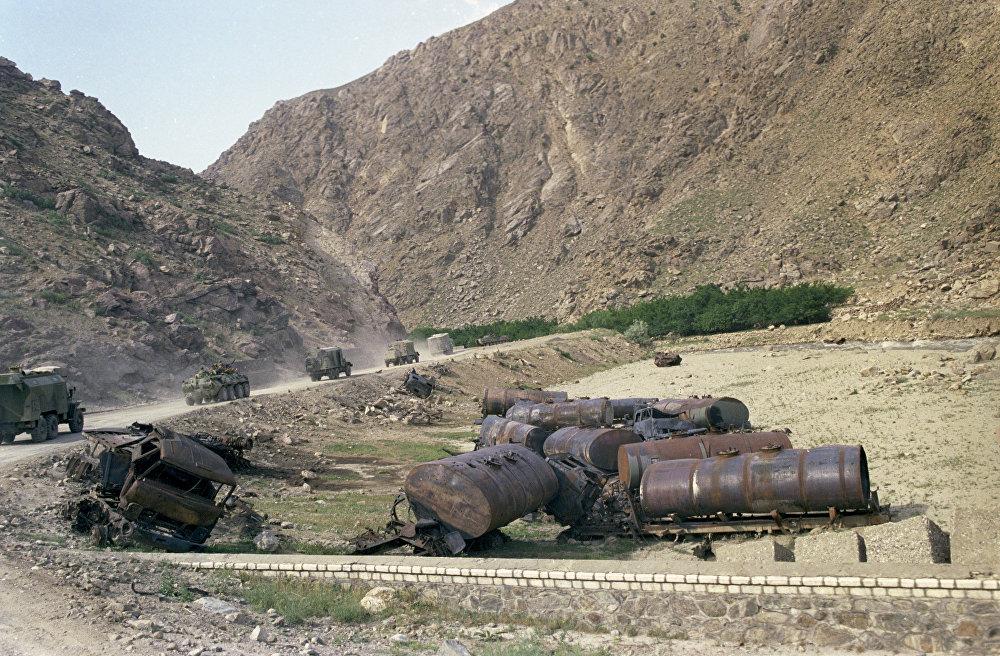 Вывод ограниченного военного контингента советских войск из Афганистана. Колонны советских войск движутся через перевал Саланг в горах Гиндукуш. На обочине - обломки автомобильной техники, уничтоженной афганскими душманами.