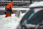 Сотрудник коммунальных служб во время уборки снега, архивное фото