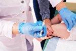 Медик делает прививку ребенку, архивное фото