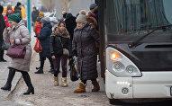Пассажиры заходят в автобус