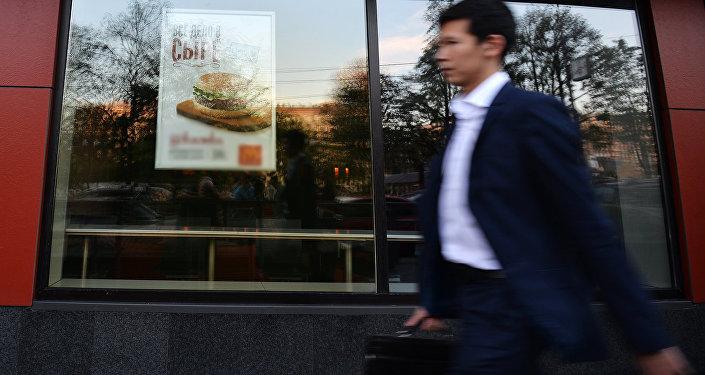 Мужчина проходит мимо закрытого ресторана быстрого питания, архивное фото
