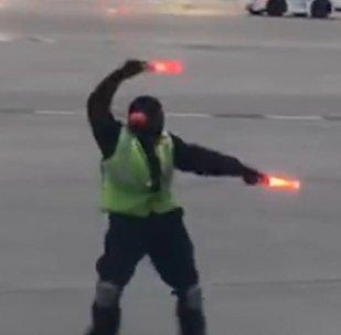 Танцующий работник аэропорта в Торонто
