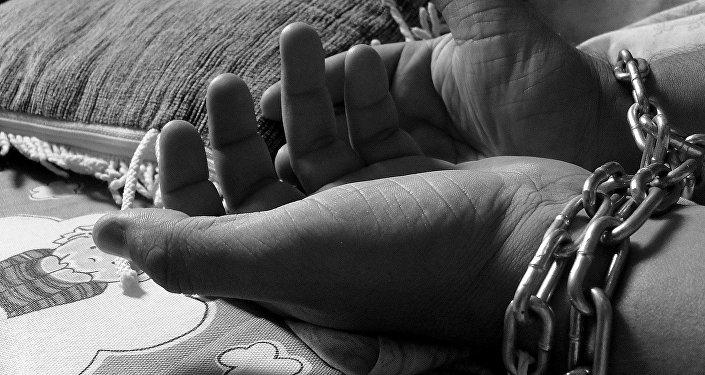 Мужчина с цепями на руках, иллюстративное фото