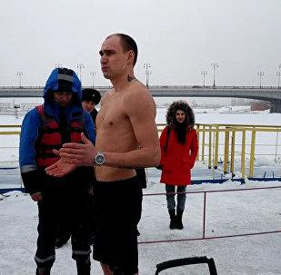 Как правильно заходить в купель во время крещенских купаний - инструкция от спасателей