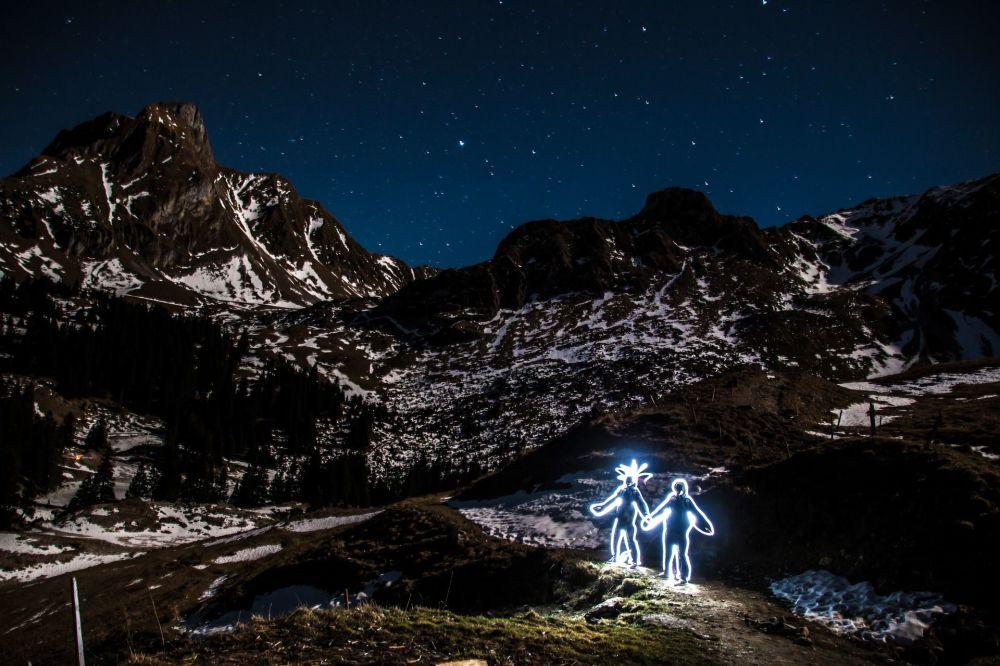 Вид на ночной горный пейзаж в Швейцарии