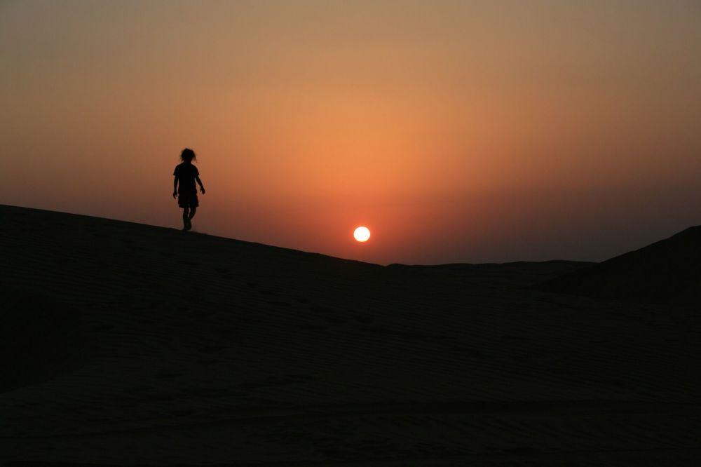 Вид на ночной пустынный пейзаж Омана