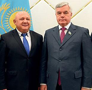 Архивное фото депутата мажилиса Сергея Дьяченко (второй справа) в кругу коллег