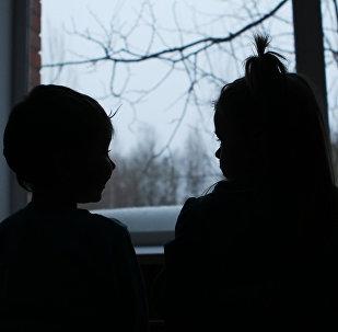 Архивное фото детей у окна