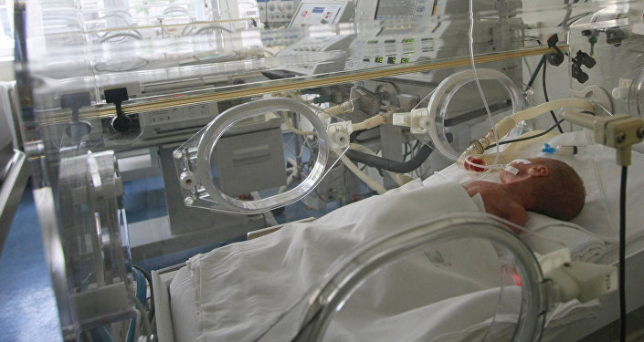 Архивное фото новорожденного ребенка