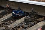 Архивное фото обуви на железнодорожных рельсах
