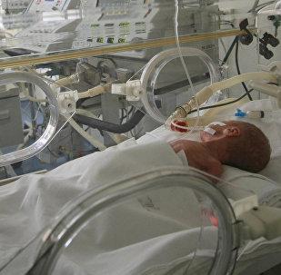Архивное фото ребенка в отделении выхаживания недоношенных детей и патологии новорожденных