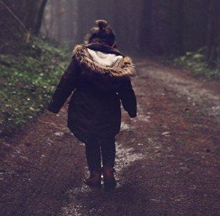 Одинокая девочка идет по дороге