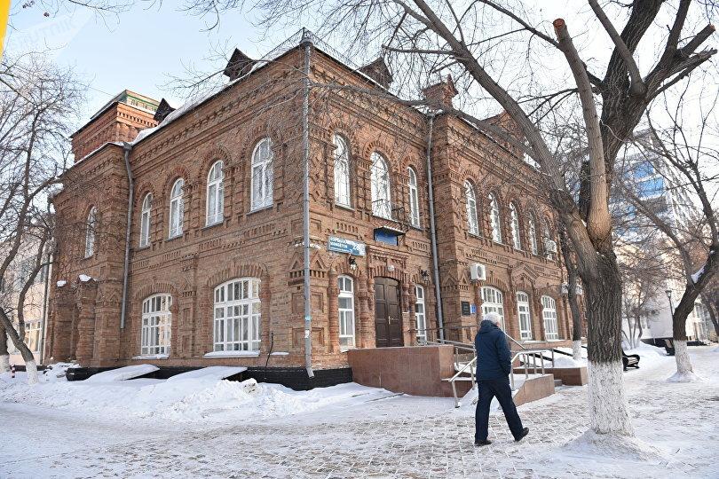 Двухэтажное кирпичное здание было построено в 1914 году под жилой дом купца Моисеева
