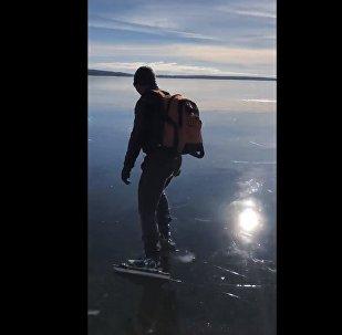 Конькобежцы прокатились по невероятно прозрачному льду озера - видео