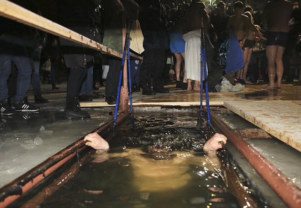 Крещенские купания в Крестовоздвиженском храме Алматы
