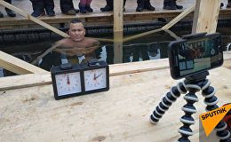 Морж Кайырбек Аяшев устанавливает рекорд Казахстана по стоянию в ледяной проруби в Астане