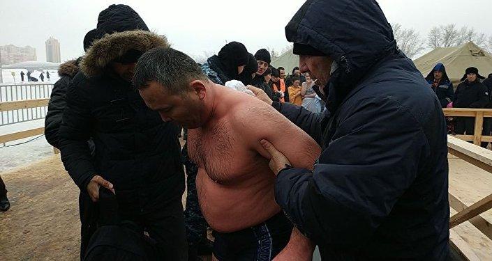 Қайырбек Аяшев мұздай суда ұзақ уақыт тұрудан Қазақстан рекордын орнатты