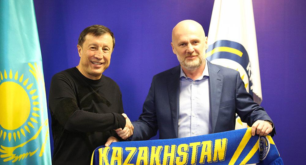 Главный тренер сборной Казахстана по футболу Михал Билек (слева) и президент Федерации футбола Казахстана Адильбек Джаксыбеков