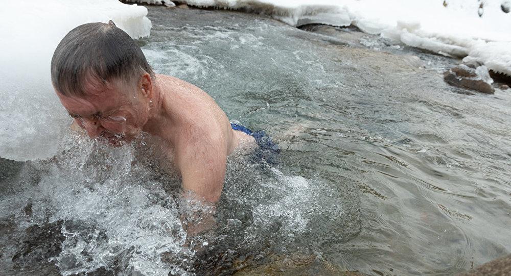 Мужчина купается в ледяной воде, архивное фото