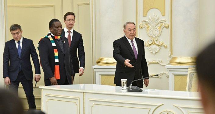 Зимбабве президенті Эммерсон Мнангагва мен Қазақстан басшысы Нұрсұлтан Назарбаев Ақордадағы кездесу кезінде