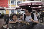 Посетители уличного кафе в Китае, архивное фото