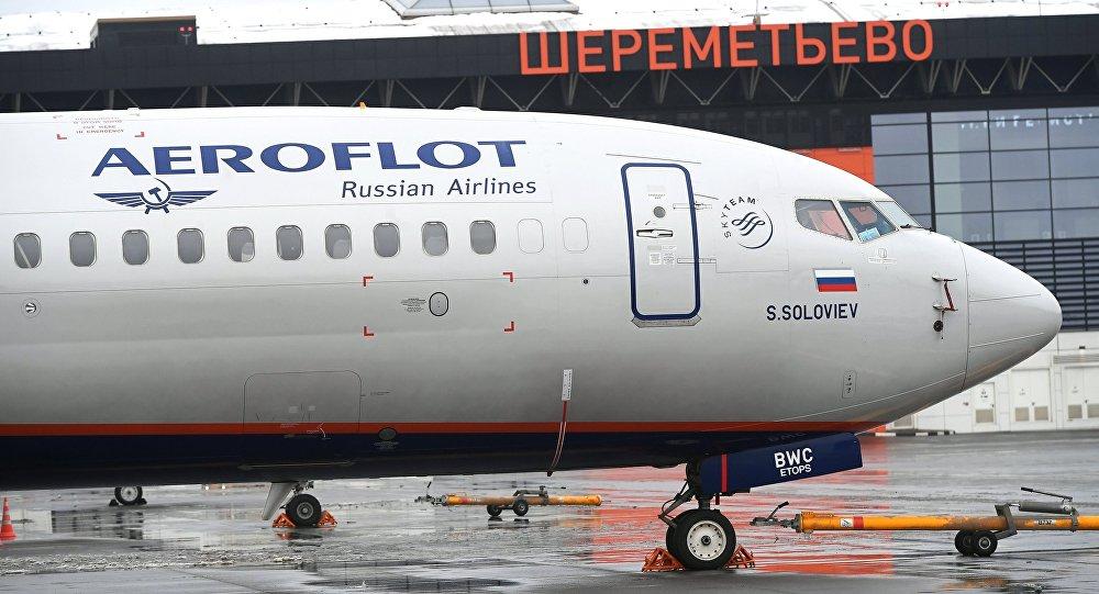Самолет авиакомпании Аэрофлот у терминала B международного аэропорта Шереметьево в Москве