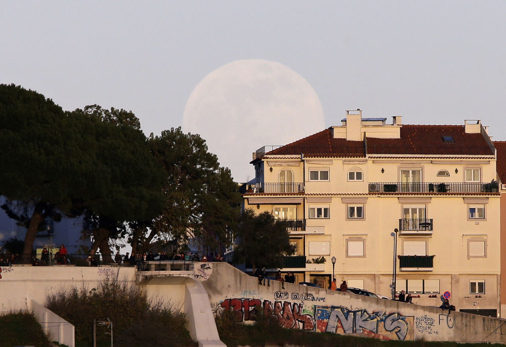 Суперлуна в Лиссабоне
