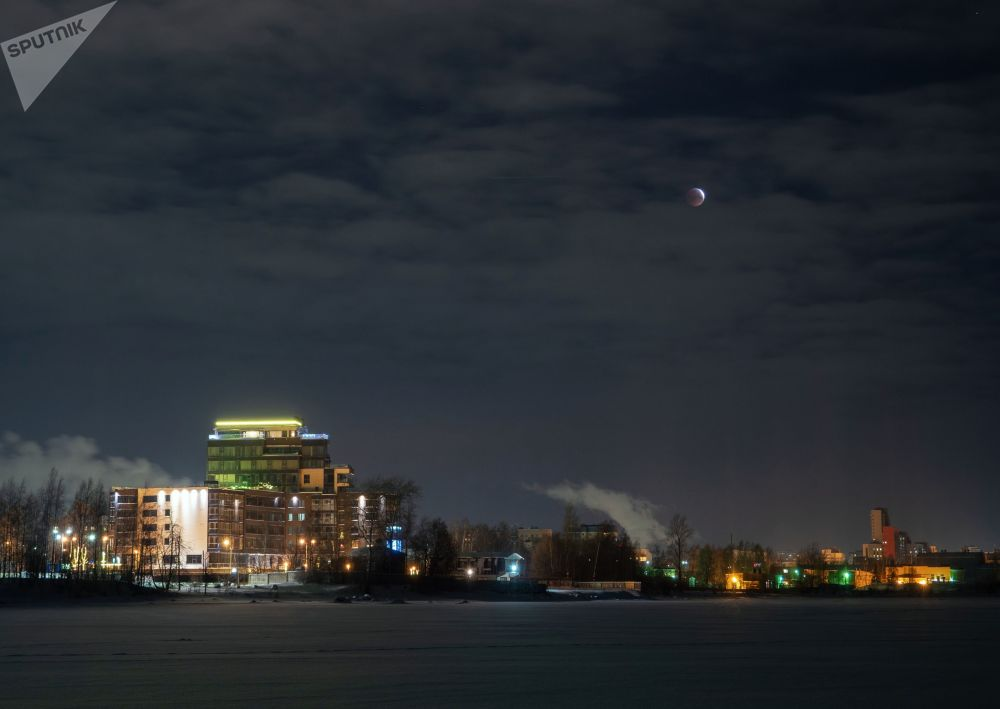 Фаза лунного затмения кровавая луна над Петрозаводском