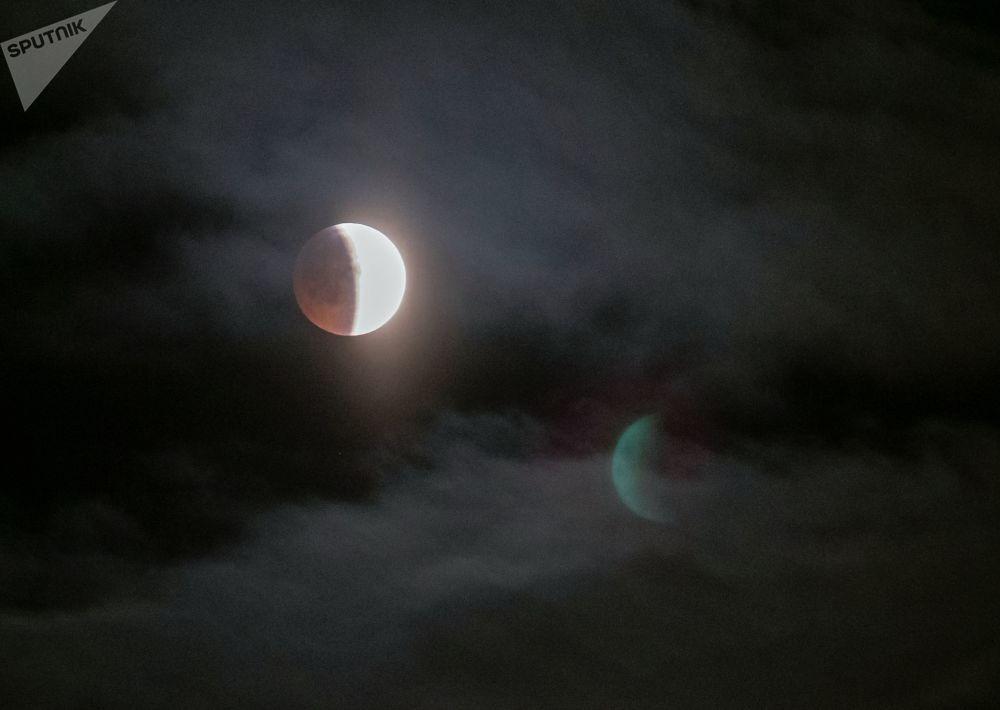 Луна во время затмения над Петрозаводском