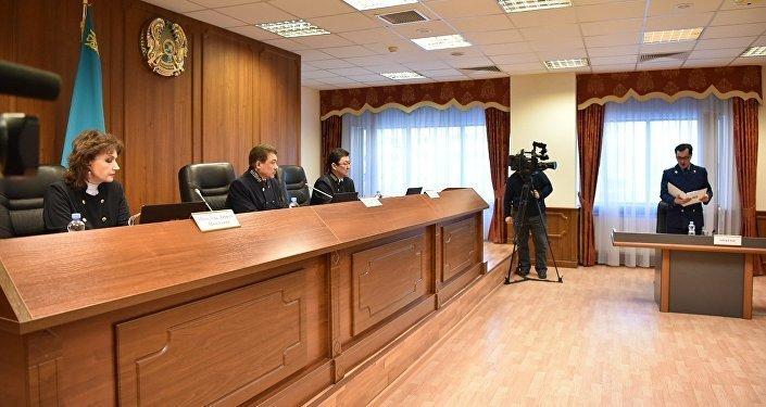 Владислав Челахтың ісін қарап жатқан судьялар мен прокурор