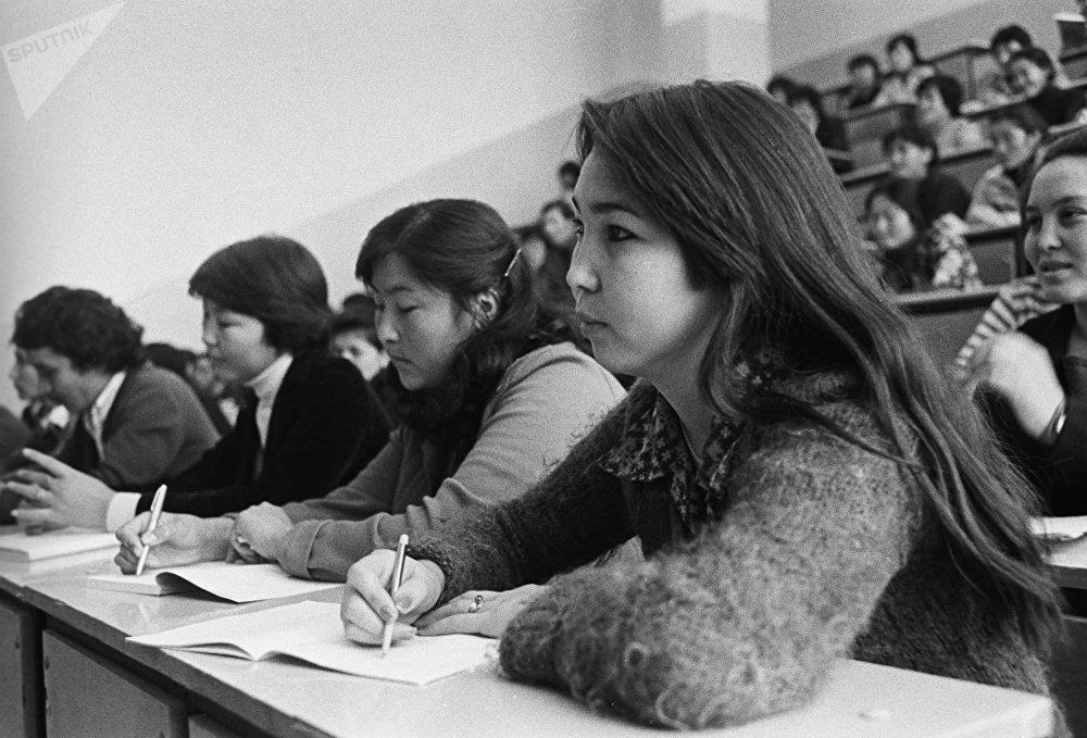 Студенты III курса Казахского педагогического института имени Абая на лекции, архивное фото