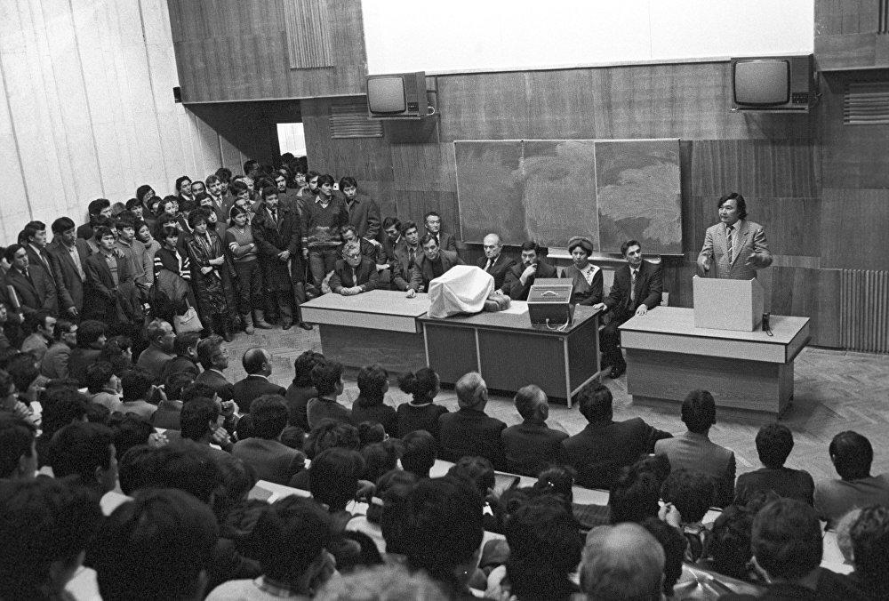 Поэт Олжас Сулейменов выступает перед студентами Казахского государственного университета имени С.М. Кирова (ныне Казахский национальный университет имени аль-Фараби), архивное фото