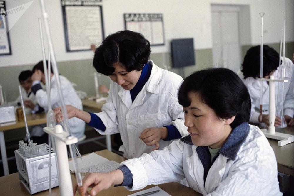 В учебном классе Павлодарского сельскохозяйственного техникума имени Пятидесятилетия СССР, архивное фото