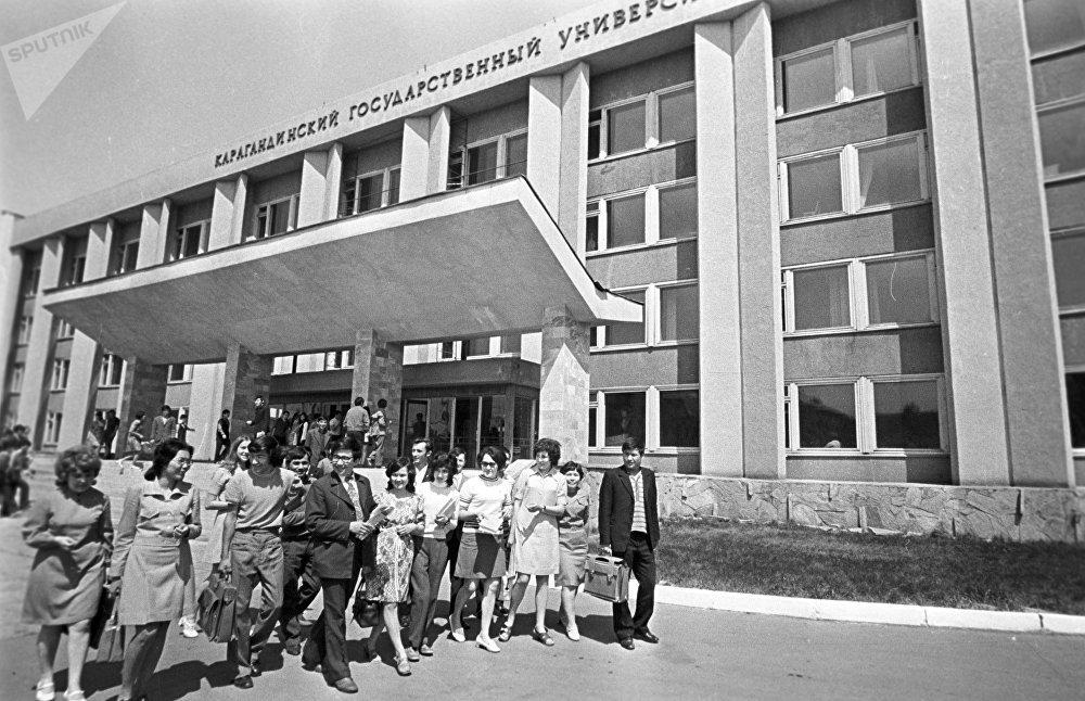 Студенты у здания Карагандинского государственного университета, архивное фото