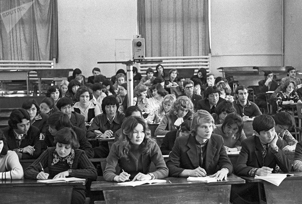 Студенты во время лекции. Казахский Политехнический институт, архивное фото