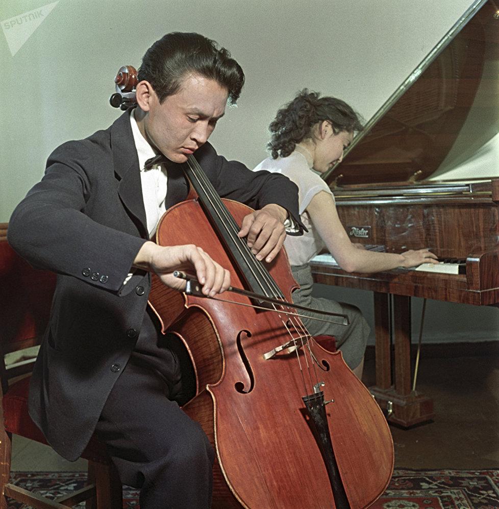 Студент струнного отделения оркестрового факультета Саркыт Мансуров и студентка фортепианного факультета Ирина Абикенова, архивное фото