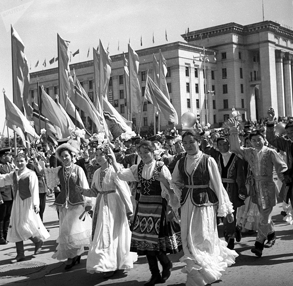Студенты Алма-Аты на праздничной демонстрации в честь Международного дня Солидарности трудящихся, архивное фото