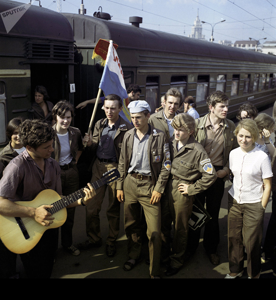 Строительный отряд Московского государственного университета имени М.В. Ломоносова перед отъездом в Казахстан, архивное фото