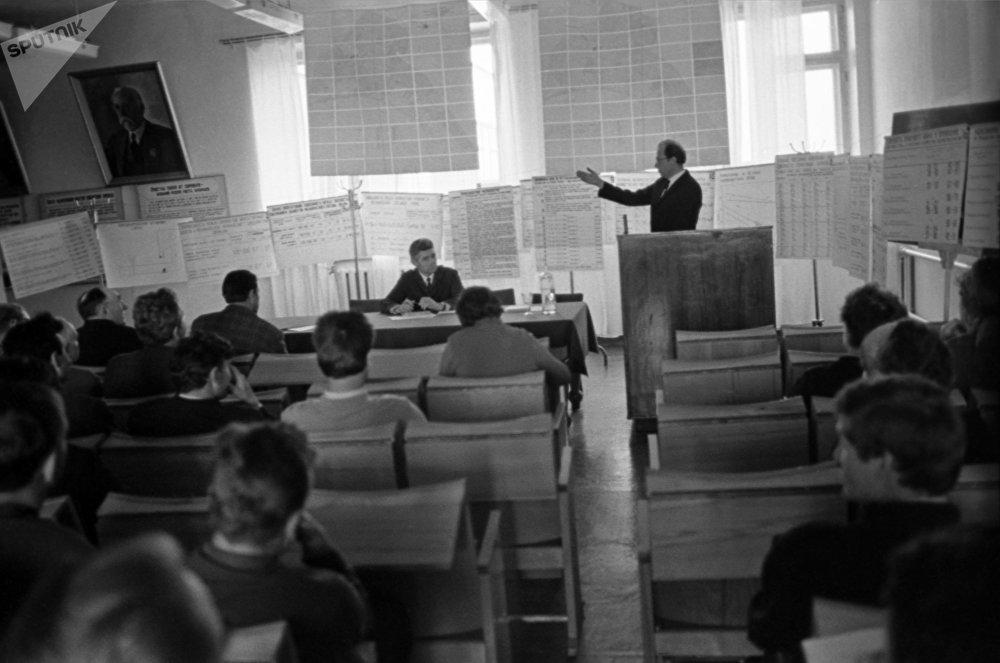 Студенты Всесоюзного научно-исследовательского института зернового хозяйства (ныне Казахский научно-исследовательский институт зернового хозяйства имени А.И. Бараева) во время лекции, архивное фото
