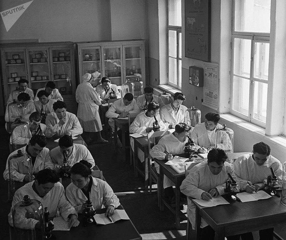 Студенты на занятии на кафедре паразитологии в Алматинском зооветеринарном институте (АЗВИ), архивное фото