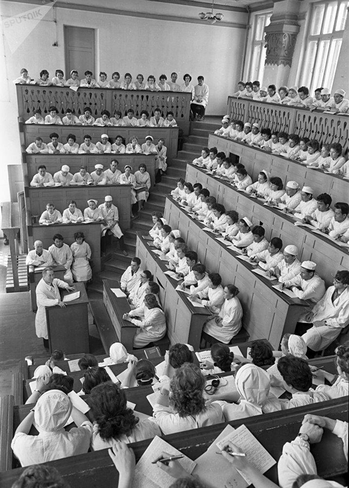 Студенты Казахского государственного медицинского института ( ныне Казахский Национальный медицинский университет имени С. Д. Асфендиярова), архивное фото