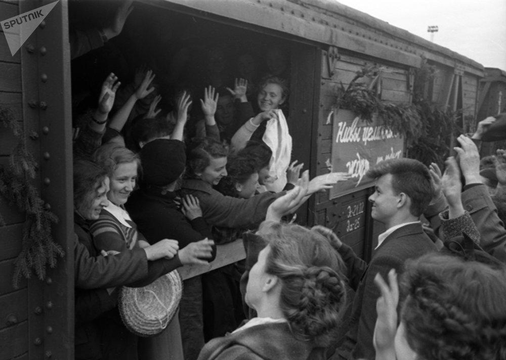Ленинградских студентов провожают в Казахстан на освоение целинных земель, архивное фото