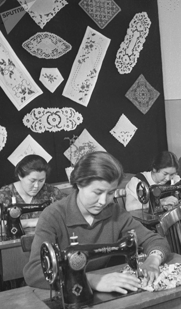 Студентки филологического факультета ЖенПИ на уроке домоводства, архивное фото