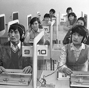 Студенты во время занятия в лингафонном классе в Казахстанском государственном университете имени М.И. Калинина в Алма-Ате, архивное фото