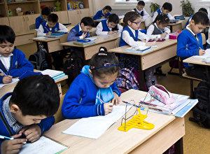 Архивное фото школьников во время урока