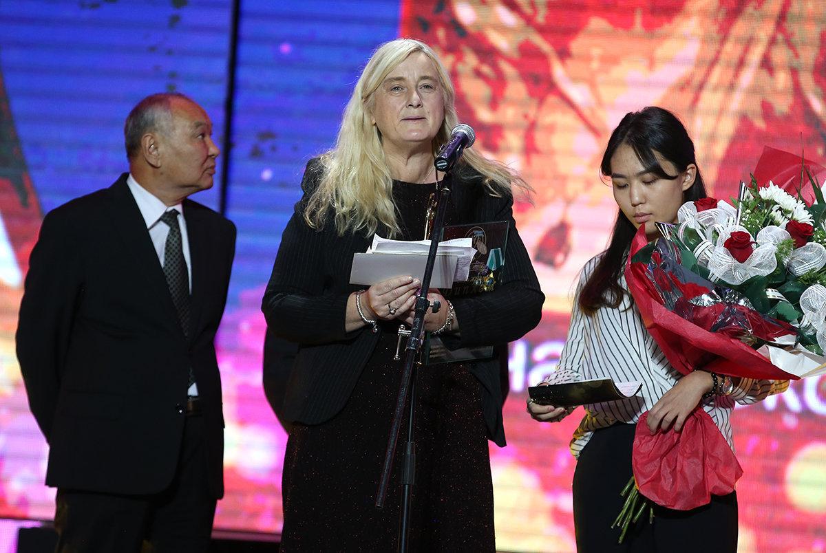 Фиона Коркоран награждена премией Алтын Жүрек за вклад в развитие Казахстана