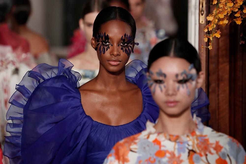 Модель на показе Valentino  в Париже